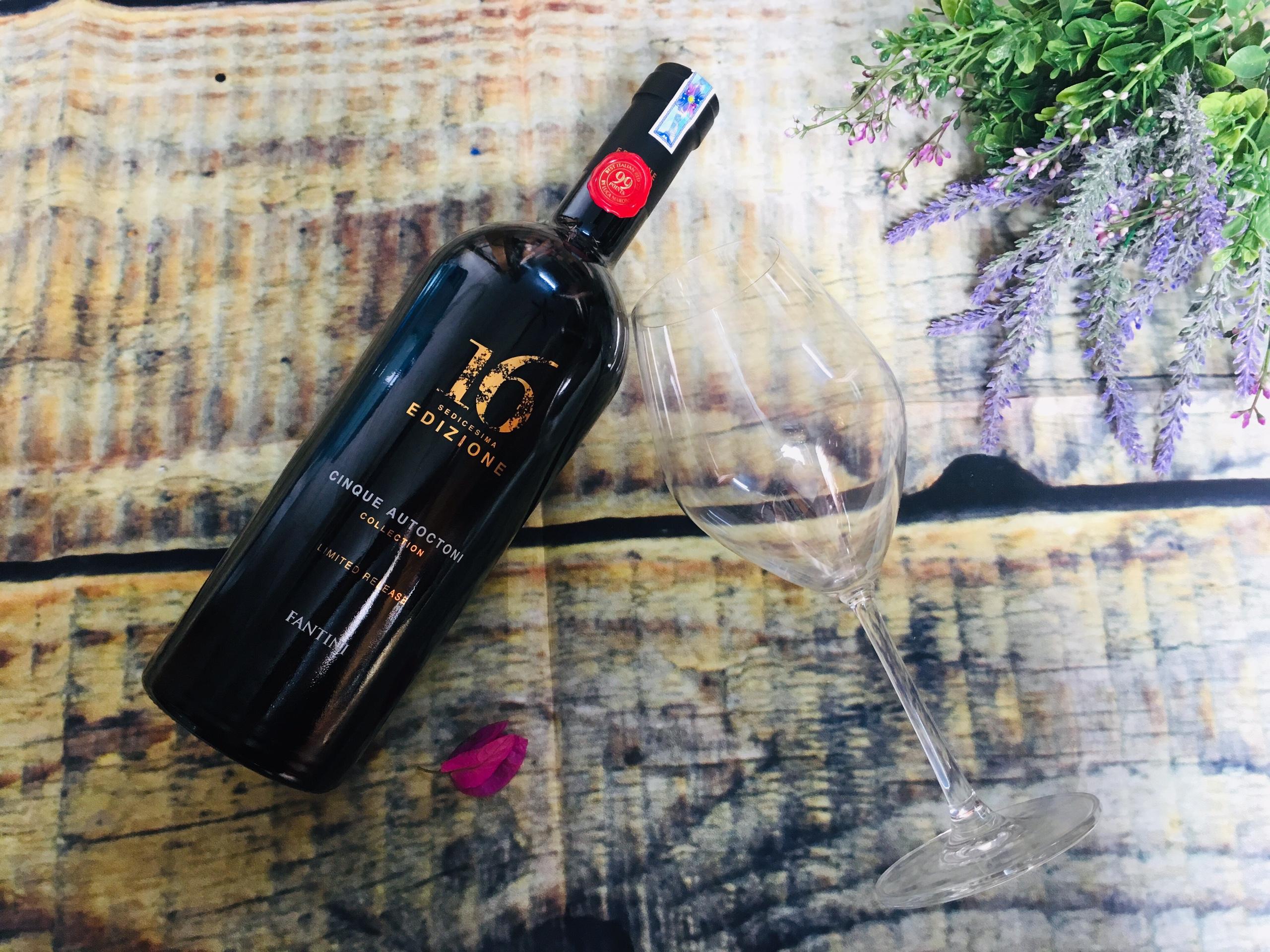 Rượu vang16 Edizione Limited Release có hương thơm mãnh liệt của quả mâm xôi, mận chín, nho khô...