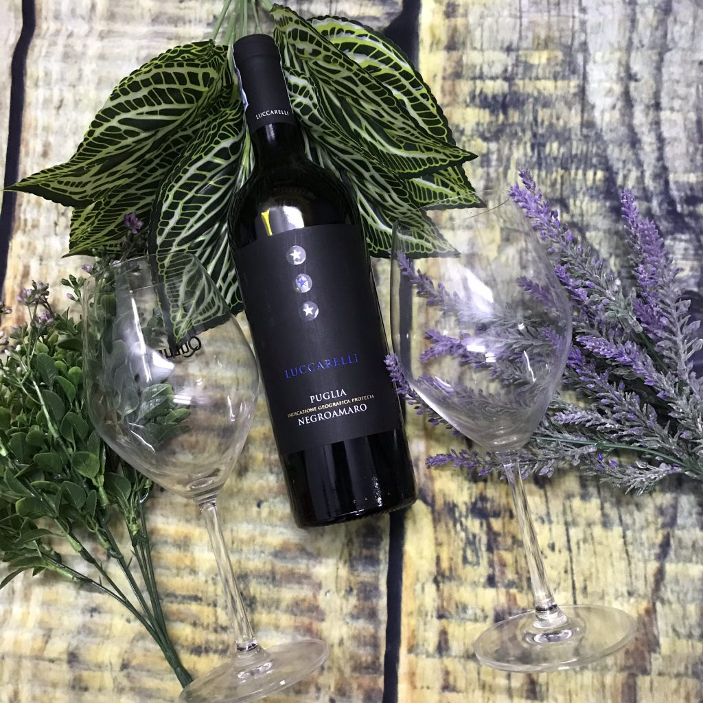 Vang Luccarelli Negroamaro có hương thơm nồng cay và vị trái cây nổi bật