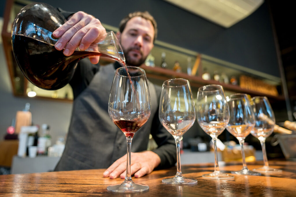 Dùng bình decanter rượu vang